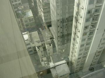 九龍皇悅酒店 房間有窗戶,打開來可以看到香港的市區,好高唷... ><