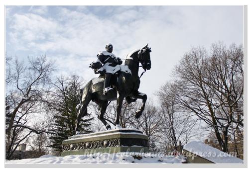Queen's Park 的一座雕像