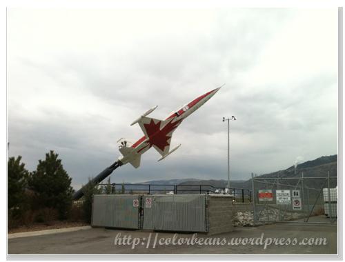 Kamloops Airport 航廈外很噴射的飛機模型 XD