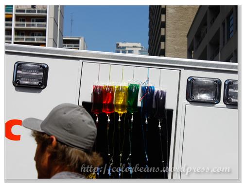 某醫療組織祭出了彩虹捐血袋