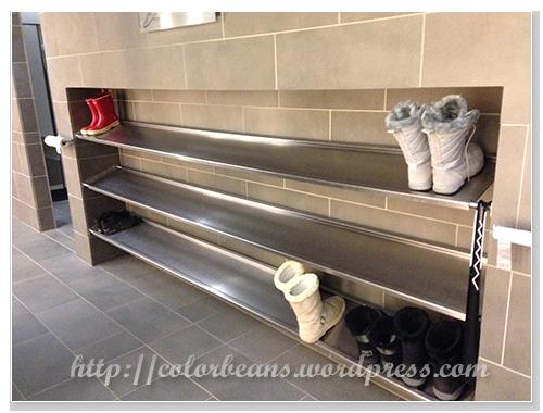 更衣室有鞋架,不用擔心要把鞋子塞置物櫃
