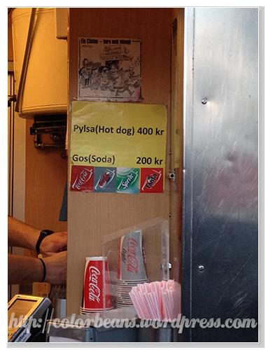 商品就兩種: 熱狗和汽水