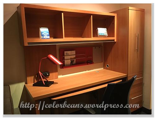 書桌、書櫃。檯燈超可愛~