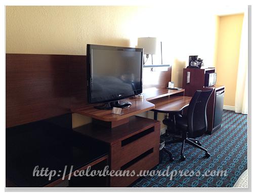 電視、咖啡機、冰箱和置物區