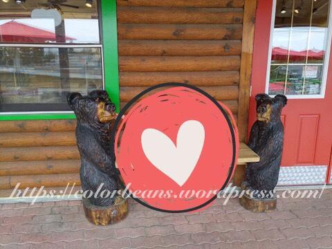The Sweet ShopThe Sweet Shop 門口的兩隻熊熊