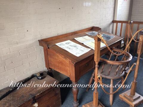 """舊式的""""辦公桌椅"""""""
