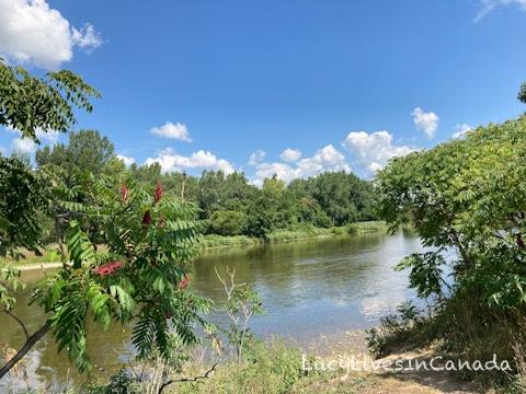 沿著Grand River河岸散步