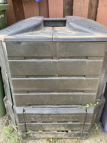 蓋好的堆肥桶